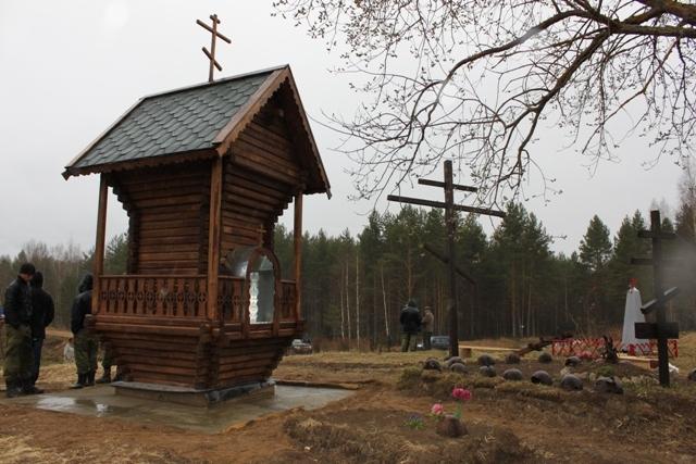 Братское захоронение у поворота на озеро Барское (дорога Славянка — Вороново).