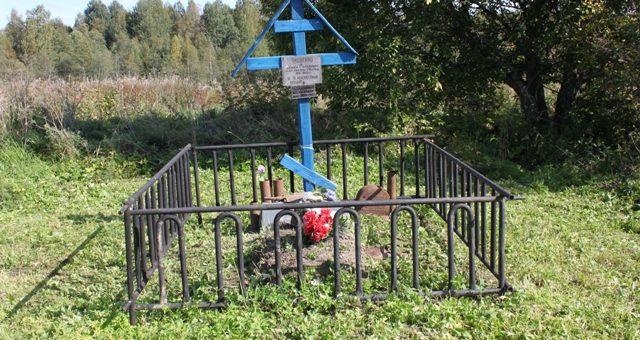 Братская могила с деревянным крестом